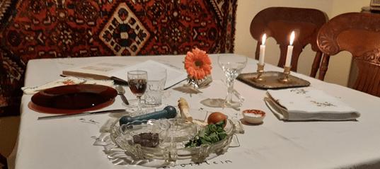 שולחן הדר ערוך לסועדת יחידה